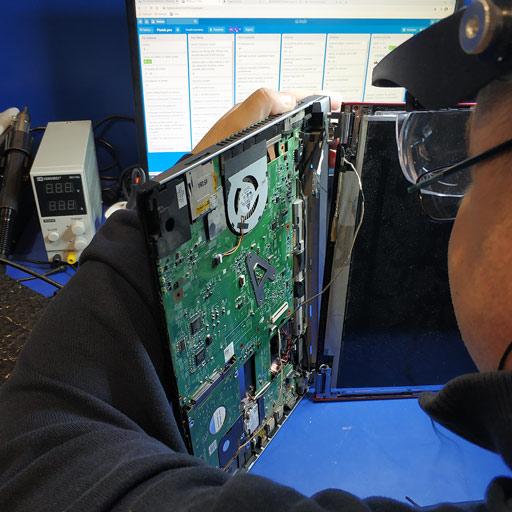 informatycy naprawiają komputer